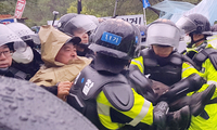 """韩国3000警力强制解散200余名""""反萨德""""居民"""