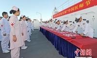 """中国海军和平方舟医院船举行""""中国医师节""""宣誓签名活动"""
