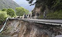 西部战区投入雅鲁藏布江加拉村堰塞湖抢险救灾