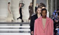 巴黎时装周 模特们都在跑到上走秀?