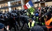 """法国""""黄背心""""第五轮抗议登场 法媒称已演变成城市游击战"""