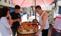 西安:一家人做土月饼 日做2000个零售额上万