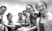 高校新生制作手工月饼 10公斤超级月饼上有首任校长校训