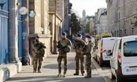 法政府为遇袭警察举办悼念仪式 总统吁铲除恐袭祸根