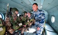 第83集团军拓展伞降组训方式 地方教练走进训练场