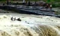 印度民众庆国庆假日遇洪水 多人被冲走